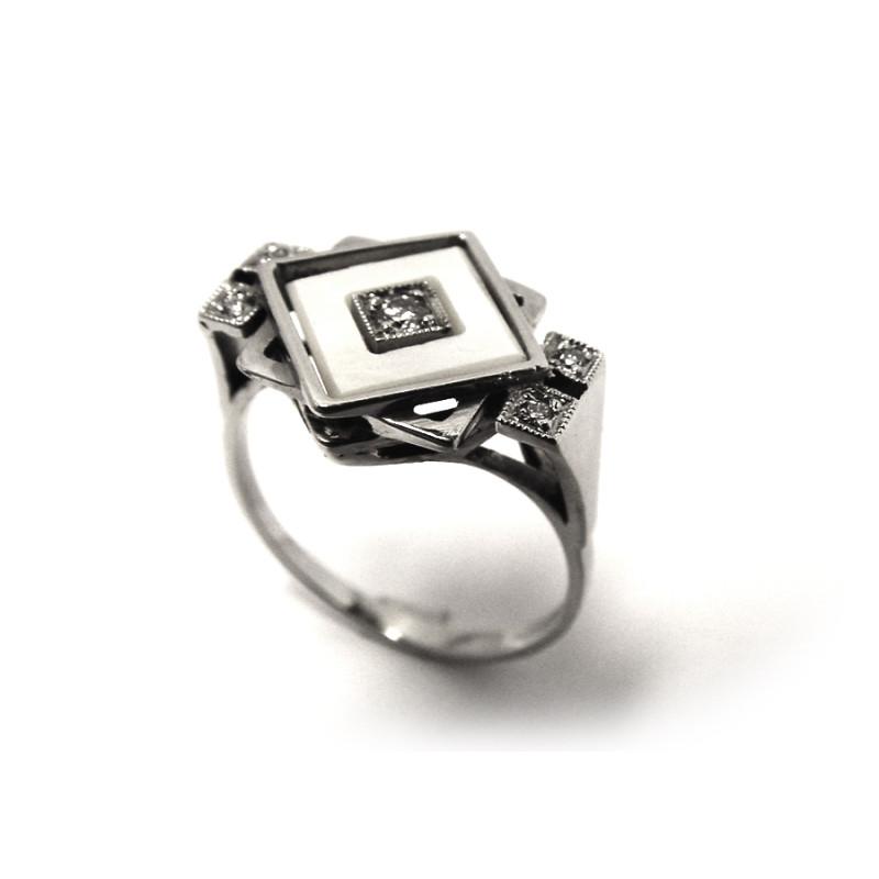 cb2d1a677 Prsten je vyroben z bílého zlata o ryzosti 585/3,65 g. Diamant  briliantového brusu: 1x 0,076 ct SI1-G 4x 0,01 ct SI1-G 1x perleťová  destička